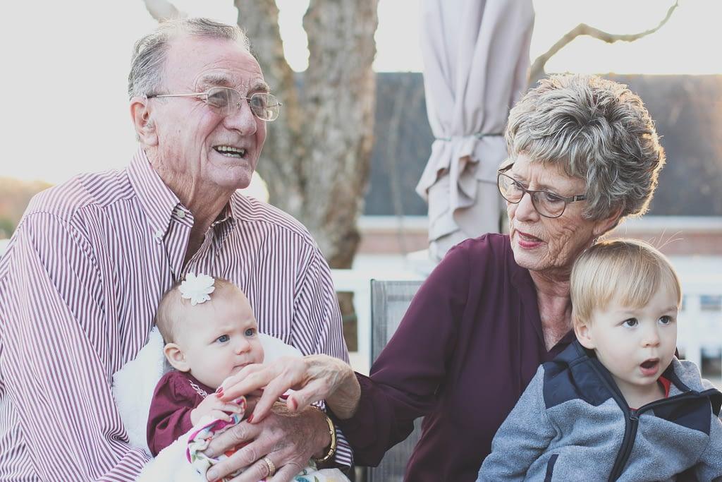 Vieux retraités heureux